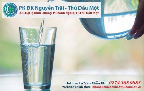 Uống đầy đủ nước để giúp cơ thể