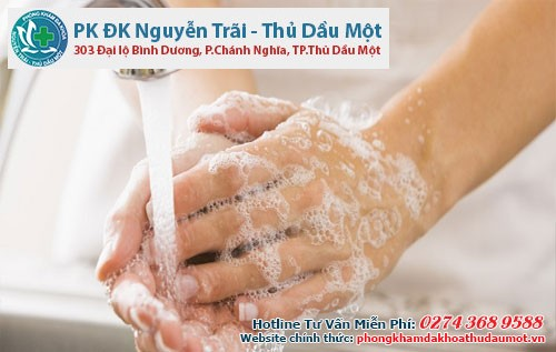 Vệ sinh tay sạch sẽ trước khi quan hệ
